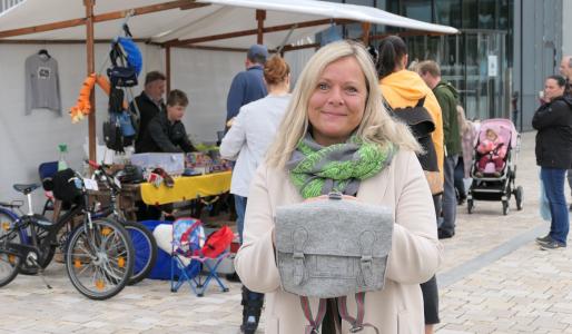 Heike Posset präsentiert den auf dem Trödelmarkt erworbenen Filzrucksack.