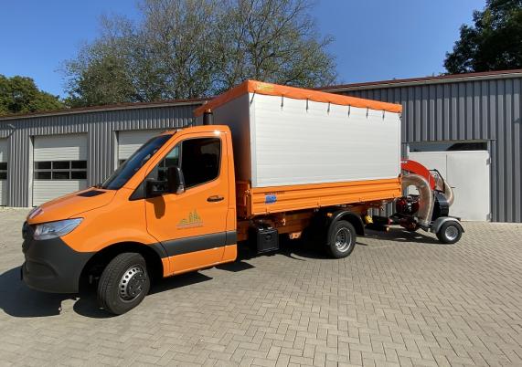 Fahrzeug zur Laubentsorgung der Stadt Hohen Neuendorf