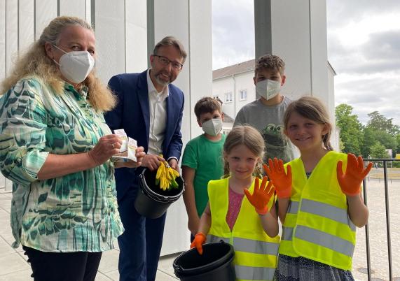 Im Einsatz für eine saubere Stadt: Lisa und Theresa Schau (vorn) und die Umweltkids Yannic und Jasper Irdem.