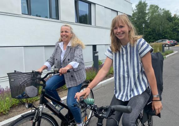 Werden definitiv viele Kilometer beim Stadtradeln sammeln: Klimaschutzmanagerin Heiderose Ernst (links) und Marketing-Mitarbeiterin Nina Bloß.