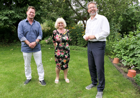 Steffen Apelt und Alexander Tönnies besuchten Herta Mahlo zum 90. Geburtstag.