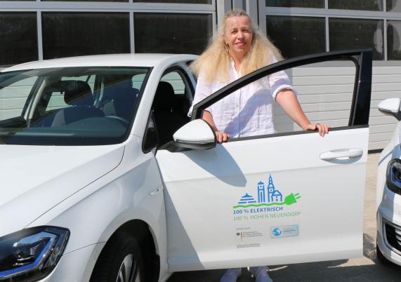 Heiderose Ernst am E-Auto