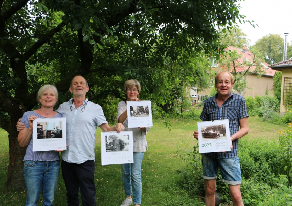 Nora Döring, Volker Döring, Elke Ahrens und Matthias Salchow präsentieren den Geschichtskalender für 2022.