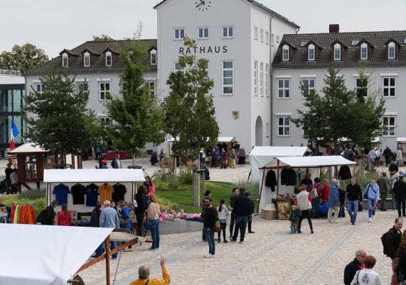 Erster Trödelmarkt auf dem Rathausplatz