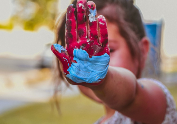 Kind mit bemalter Hand