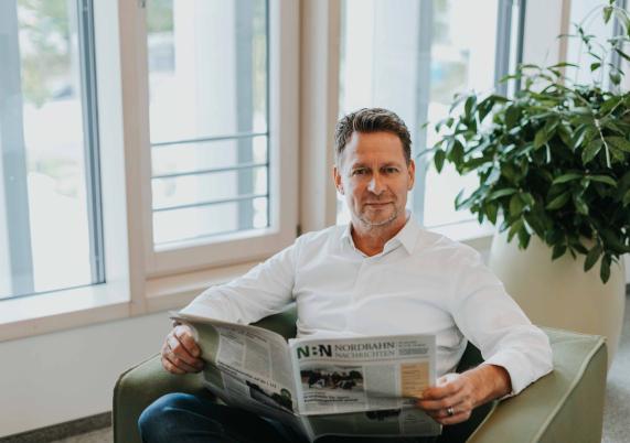 Bürgermeister Steffen Apelt liest Nordbahn-Nachrichten