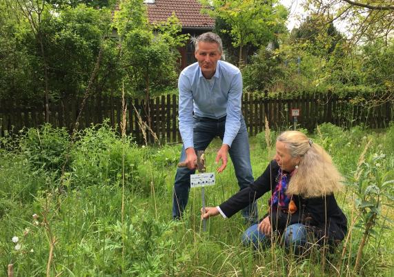 Oliver Schub ist Hohen Neuendorfs erster offizieller Grünpate. Klimaschutzmanagerin Heiderose Ernst freut's.